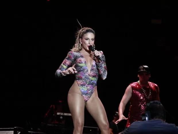 Uau! Claudia Leitte usa look cavado e decotado em show na Bahia