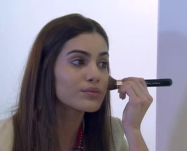Blogueira Camila Coelho ensina a fazer make em apenas 5 minutos! -O mais importante é você achar produtos para o seu tipo de pele. Não precisam ser ca