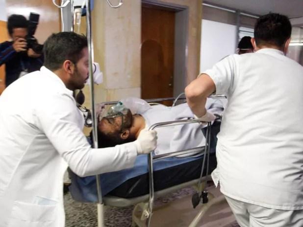 Ferido em queda de avião da Chapecoense, jogador Alan Luciano Ruschel é atendido em hospital na Colômbia (Foto: Guillermo Ossa/Reuters)