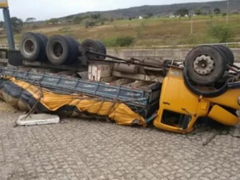 Veículo tombou após motorista perder o controle do caminhão em Gravatá (Foto: Divulgação/PRF)