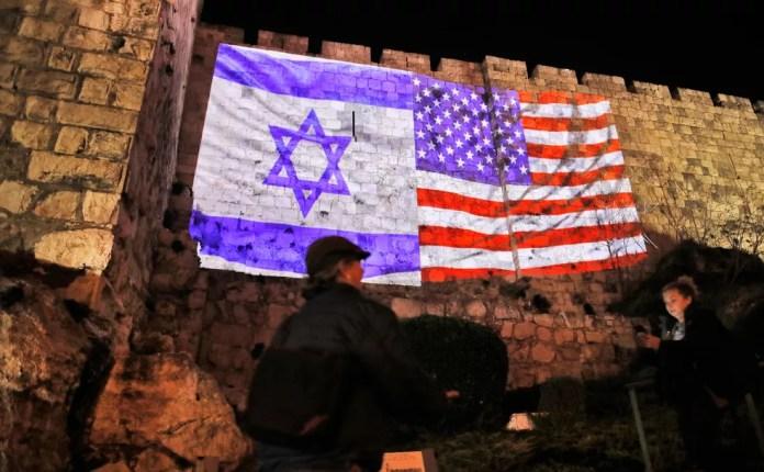 Bandeiras de Israel e Estados Unidos projetados no muro da Cidade Velha de Jerusalém pelas autoridades municipais (Foto: AFP/Ahmad Gharabli)