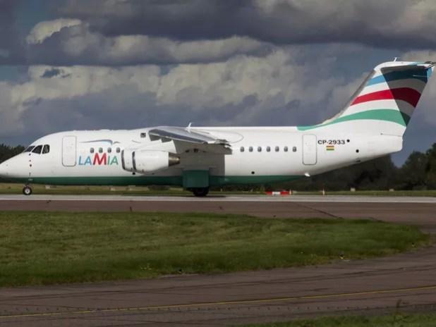 O avião da LaMia prefixo CP-2933 que caiu com a delegação da Chapecoense, modelo Avro RJ85, é visto em foto de arquivo de setembro de 2015 em Norwich, na Inglaterra (Foto: Matt Varley/Reuters)