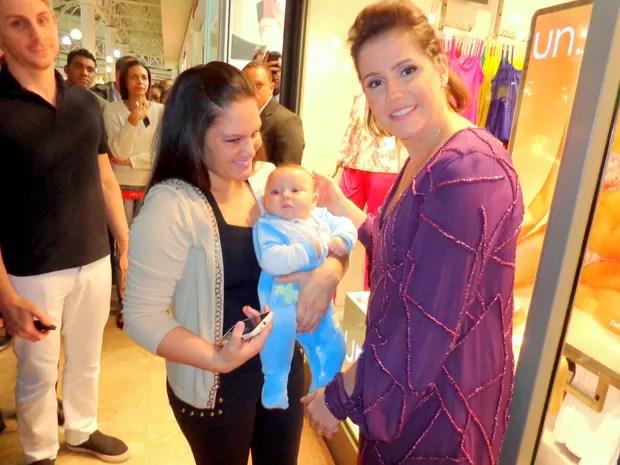 Grávida, Deborah Secco posa com fãs em inauguração de loja