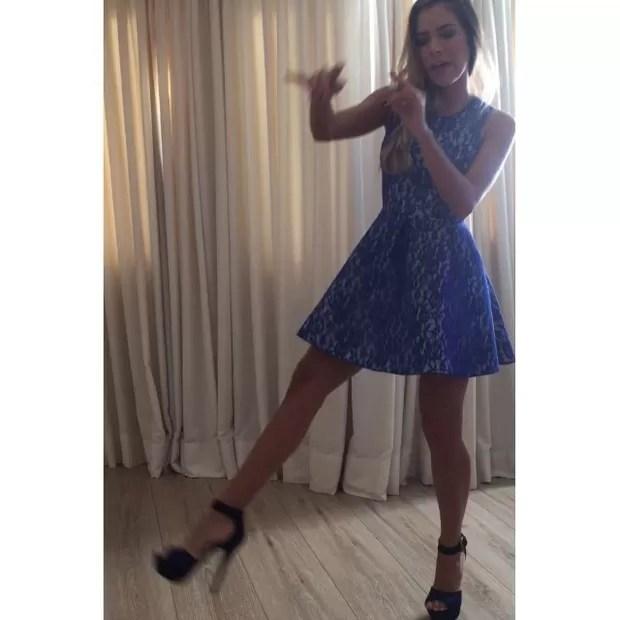Ex-BBB Adriana cai na gargalhada ao dançar para Rodrigão