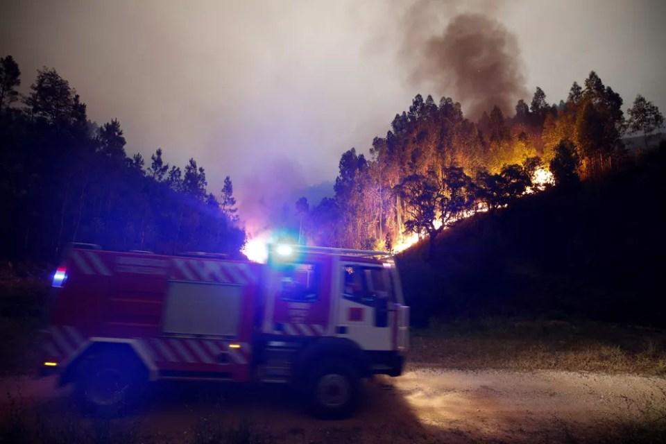 Bombeiros combatem incêndio na floresta perto de Bouca, na região central de Portugal  (Foto: Rafael Marchante/ Reuters) Incêndio em Portugal dura mais de 24 horas; mais de 60 morreram Incêndio em Portugal dura mais de 24 horas; mais de 60 morreram incendio dia