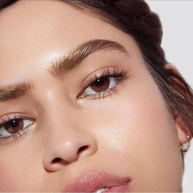 Cubra os pelos das sobrancelhas com pigmentos metalizados, como nesta foto da Sephora Collection (Foto: Reprodução/Instagram)
