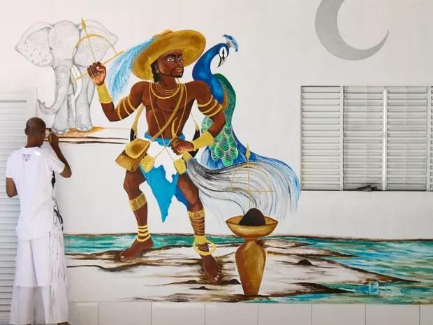 Homem finaliza pintura em reforma de terreiro de candomblé incendiado no DF (Foto: Jéssica Martins/Divulgação)
