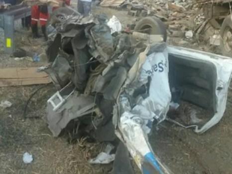 Ambulância ficou destruída após a colisão e o motorista do veículo morreu no acidente em Pesqueira (Foto: Divulgação/PRF)