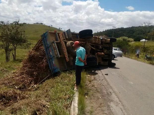 Caminhão tombou e atingiu ciclista em Canhotinho (Foto: Divulgação/Polícia Militar)