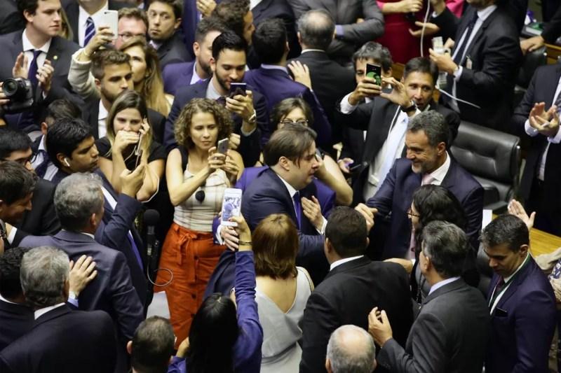 Deputados filmam a movimentação no plenário após a eleição do deputado Rodrigo Maia (DEM-RJ) para a presidência da Câmara dos Deputados — Foto: Luis Macedo/Câmara dos Deputados