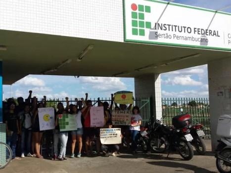 Campus do IF-Sertão é ocupado por alunos contra a PEC 241 (Foto: Aracelly Romão/ TV Grande Rio)