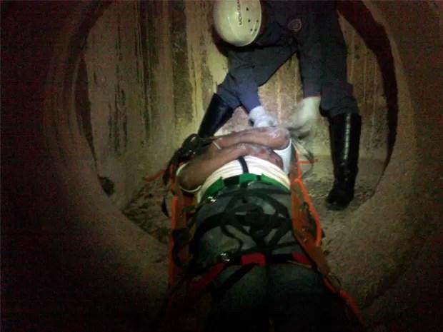 Homem precisou ser resgatado por tubulação de esgoto de 15 metros (Foto: Corpo de Bombeiros)