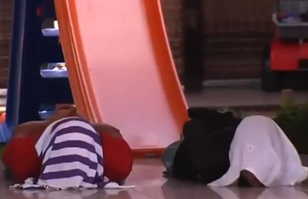Dois suspeitos se entregaram após negociação feita pela PM, em Goiás (Foto: Reprodução/TV Anhanguera)
