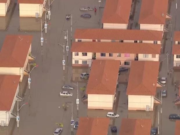 Condomínio foi tomado pela água das chuvas (Foto: Reprodução/ TV Globo)