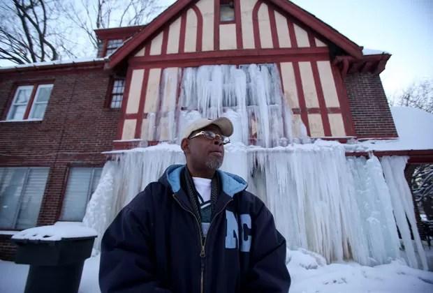 Casa fica -congelada- após encanamento estourar nos EUA