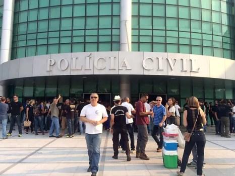 Policiais civis se concentram em frente à sede da direção geral da corporação no DF durante ato por reajuste de 37% (Foto: Mateus Vidigal/G1)