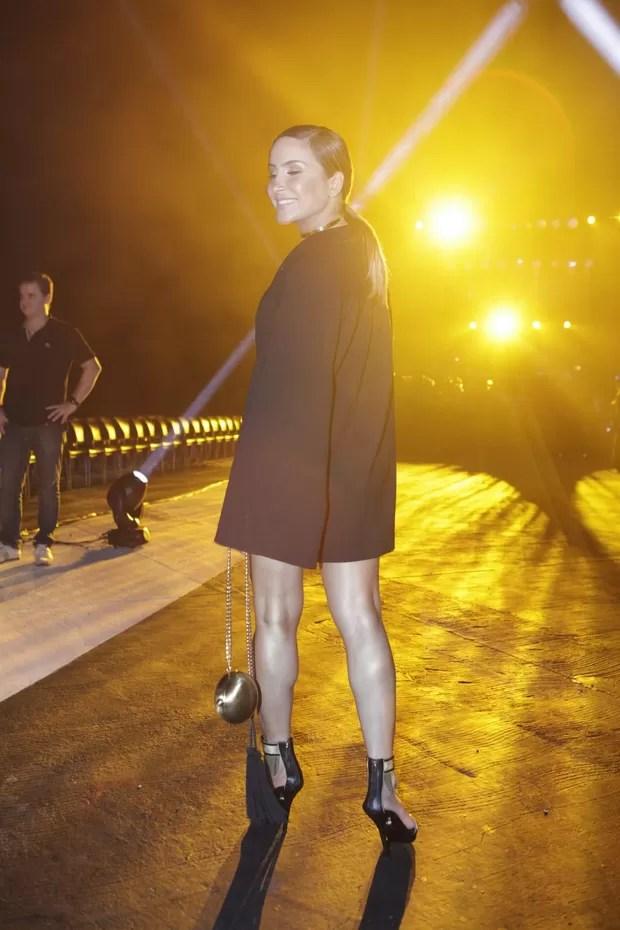 Claudia Leitte (Foto: Isac Luz / EGO)  Claudia Leitte abusa do decote com vestido curtinho em desfile de moda 25  mg 5151