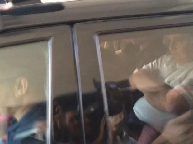 Garotinho deixou a sede da PF de braços cruzados (Foto: Gabriel Barreira/ G1)