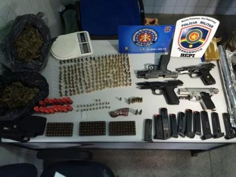 Armas supostamente roubadas foram encontradas com os suspeitos em Caruaru (Foto: Magno Wendel/TV Asa Branca)