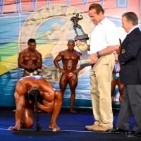 Melhor no amador, fortão chora e se ajoelha diante de Schwarzenegger: ''Meu ídolo''