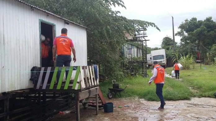 Defesa Civil fez a remoção da família depois de ser acionada pelo 199 (plantão da Defesa Civil) (Foto: Carolina Brazil/Rede Amazônica )