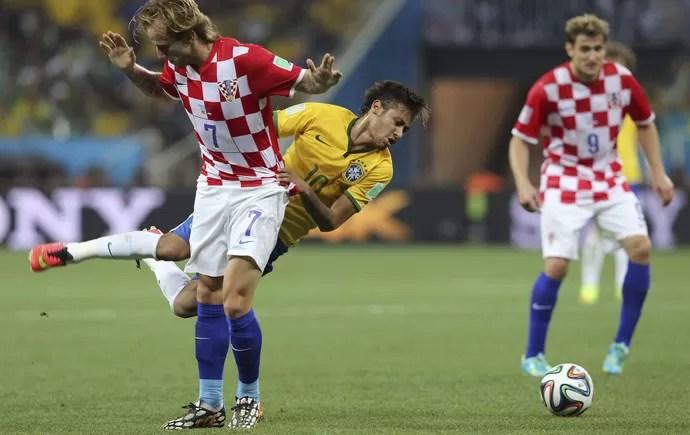 Neymar e Ivan Rakitic falta Brasil x Croácia (Foto: EFE)
