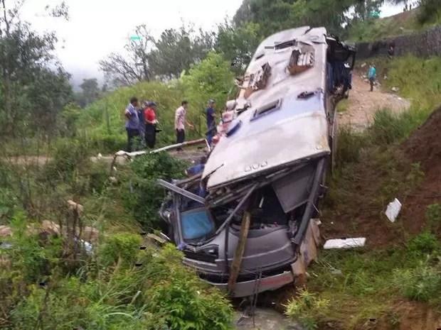 Acidente com ônibus de turismo deixa mortos na Serra de SC