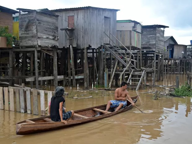 Ribeirinhos começam a usar canoas com a cheia do Rio Juruá, que passou de 11 metros (Foto: Anny Barbosa/G1)