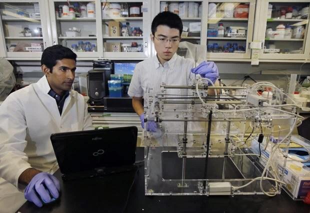 Pesquisadores manipulam impressora 3D em Princeton (Foto: Mel Evans/AP)  Cientistas criam orelha biônica com impressora 3D bionic3