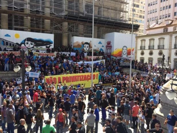Escadaria da Alerj ficou lotada durante protesto dos servidores da segurança do RJ (Foto: Fernanda Rouvenat/ G1)