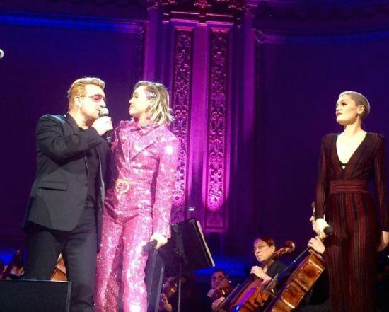 Miley Cyrus e Jessie J se unem ao U2 para cantar One em concerto beneficente Ontem da Redação U2 letras Bono, Miley Cyrus e Jessie J no palco do Carne
