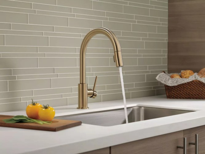 delta 9159 dst running faucet in stream mode in champagne bronze 58