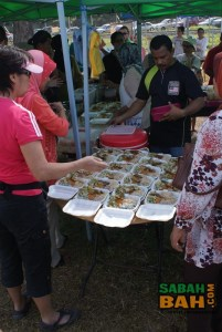 People clamoring for the tasty and flavourful blue rice, nasi kerabu