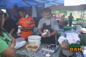 Another stall where people were clamoring - putu piring, a sweet made of coconut and brown sugar