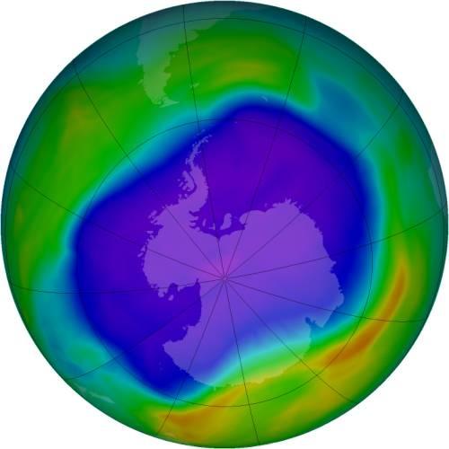 Los satélites observaron el agujero más grande en la capa del ozono sobre la Antártida en 2006. El púrpura y el azul representan zonas de concentración baja de ozono en la atmósfera; el amarillo y el rojo son áreas de concentraciones más altas. (Imagen: NASA)