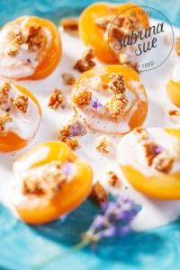 Gebackene Aprikosen, vegane Kokscreme und Amaranth Macadamia Crunch