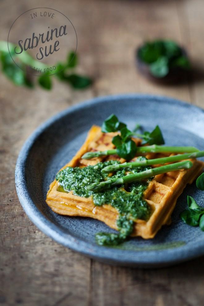Süßkartoffel Waffel mit Grünkohl-Brunnenkresse Pesto