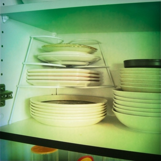 11 best home organising tips - plate stacker | Sacraparental.com
