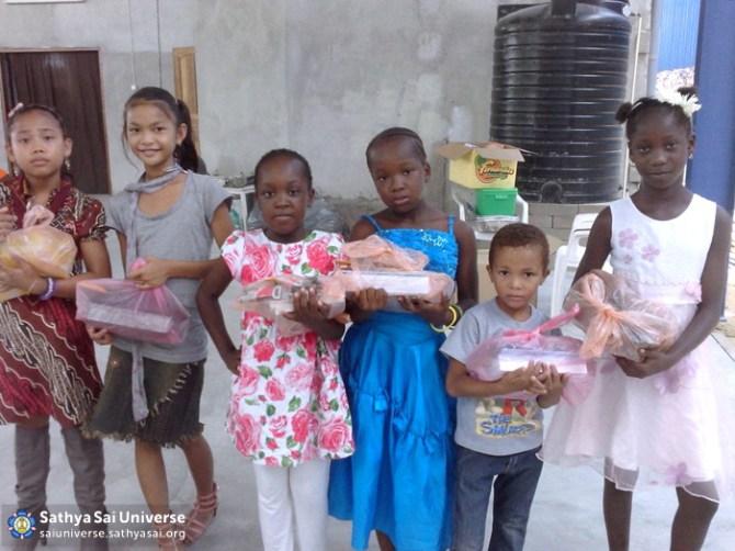 Suriname STP = Children with school supplies