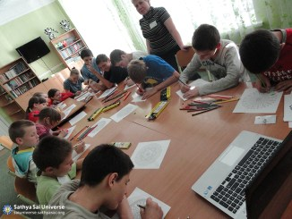 2015_09_19_ 8M3_ Ukraine_ Kharkov_  Serve the Planet_ Classes for children of the community_ Group activity_ Drawing