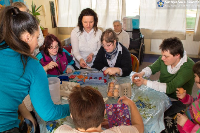 03192016_Hungary_care_home_painting_eggs1 copy