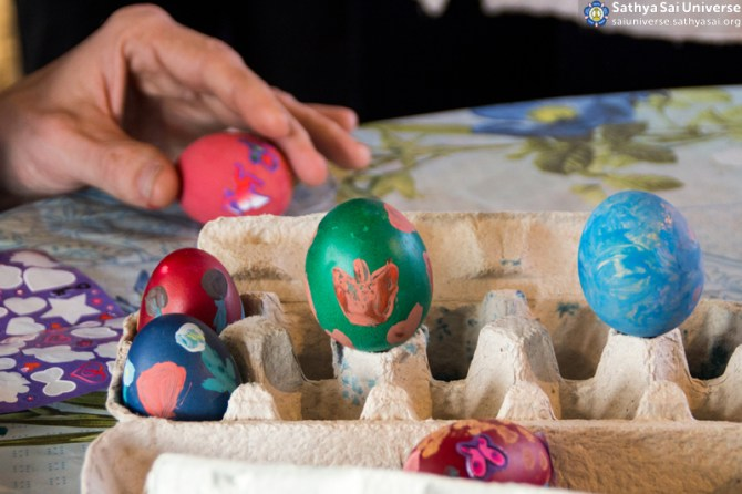 03192016_Hungary_care_home_painting_eggs6 copy