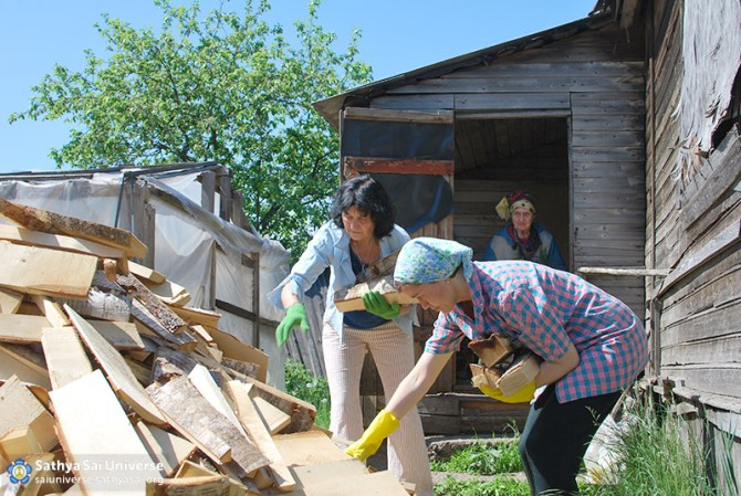 2016-05-26-31-z8-russia-interregional-medical-volunteer-camp-stacking-firewood-in-the-yard-of-the-lonely-grandmother