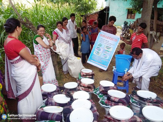 showing-how-to-wash-hands-properly-to-flood-victims-at-kapilvastu