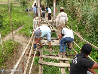 002-ssgi-medan-oct-2016-sai-volunteers-working-together-with-the-local-citizen-while-renovating-the-bridge-at-salapian-village-copy