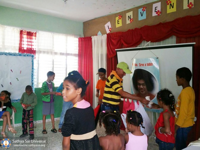 2a-zone-2016-november-19-dominican-republic-giving-snack-to-kids-copy