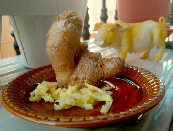 El cerdo acechando a la escultura de jengibre