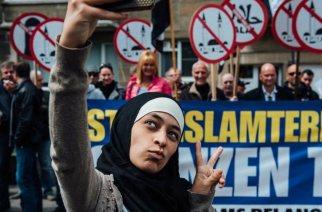 En Belgique, une jeune musulmane se prend en selfie devant des manifestants islamophobes