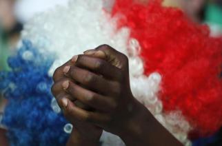 Un supporter français joint ses mains pendant le match en finale de l'Euro 2016 le dimanche 10 Juillet 2016 à Paris . © AP Laurent Cipriani
