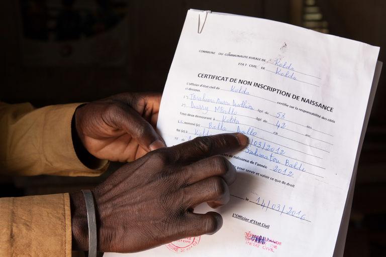 Certificat de non-incription à l'état civil sénégalais. Ce document est indispensable pour être régularisé auprès de l'administration. Mamadou collecte ceux de ses élèves pour les transmettre régulièrement au préfet de sa région.